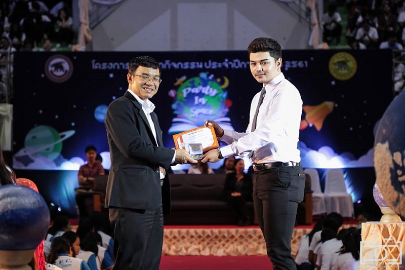 นิสิตได้รับเหรียญและเกียรติบัตรรางวัลนิสิตที่สร้างชื่อเสียงให้แก่มหาวิทยาลัยนเรศวร ประจำปีการศึกษา 2560