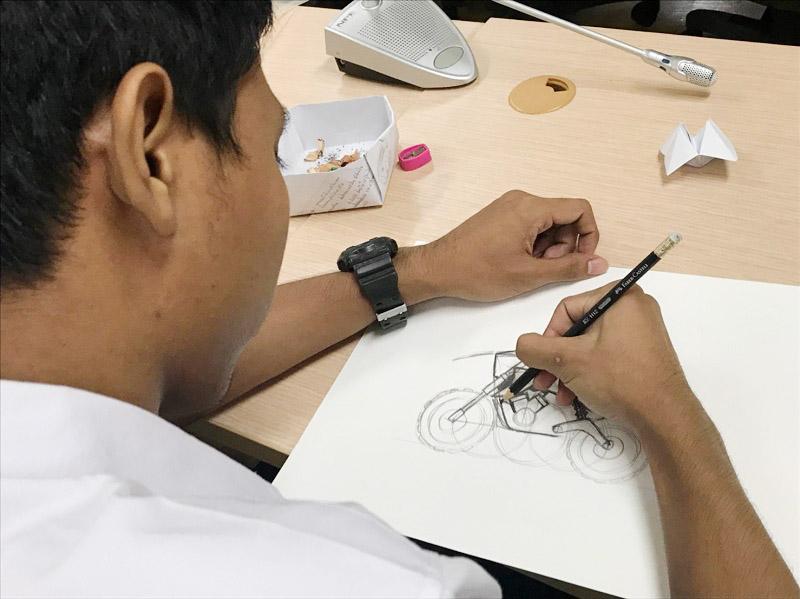 """นิสิตร่วม Workshop : Motorcycle Quick Sketch ในบรรยายพิเศษ """"การออกแบบยานยนต์"""" ในรายวิชา Product Design 4"""