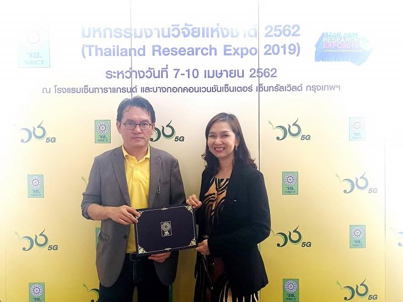 รศ. สุทัศน์ เยี่ยมวัฒนา  และผศ. ดร.ศศิมา เจริญกิจ ร่วมนำเสนอผลงานวิจัย ในงานมหกรรมวิจัยแห่งชาติ 2562 (Thailand Research Expo 2019)