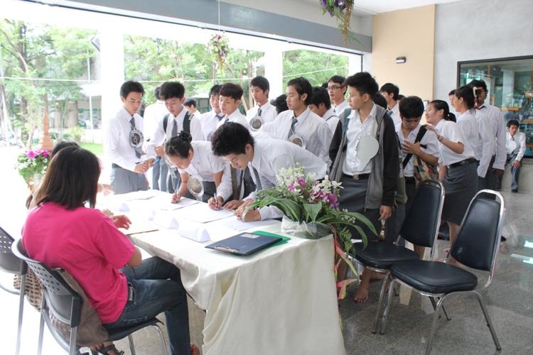 โครงการไหว้ครูและครอบครู ประจำปีการศึกษา 2555