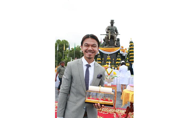 ดร.ดนัย เรียบสกุล ได้รับโล่เกียรติยศบุคลากรดีเด่น มหาวิทยาลัยนเรศวร ประจำปี 2559